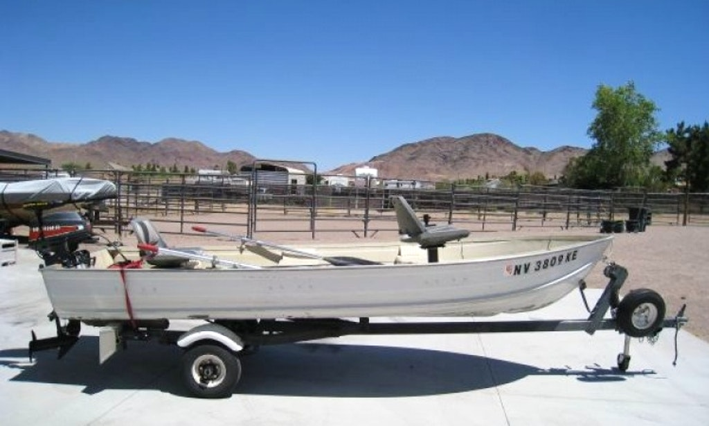 Rent 14 39 aluminum fishing boat on lake mead getmyboat for Lake mead fishing guides