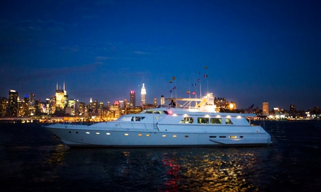 Charter 97 39 Luxury Motor Yacht In New York Getmyboat