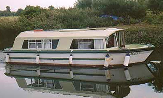 Hire A 30' Cruiser Boat To Cruise The River Thames In United Kingdom