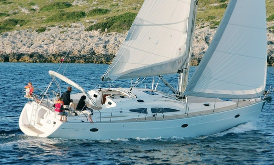 Cruising Monohull 'elan 434'in Brockenhurst