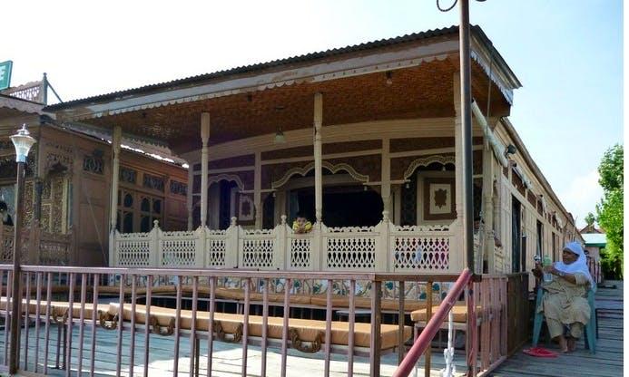 One Bedroom Houseboat for Rent in Srinagar