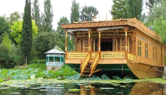 Houseboat Rental (3 Bedrooms)