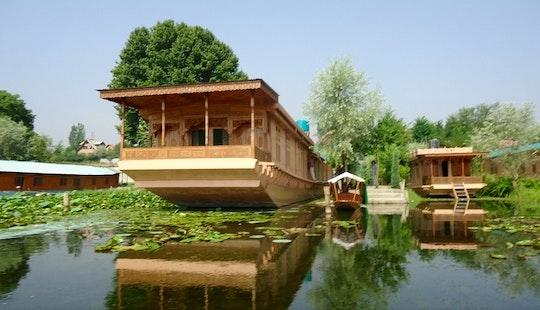 Kashmir Valley (houseboat)
