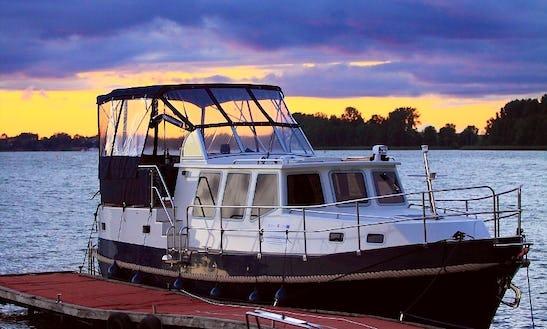 42' Motor Yacht Charter In Wilkasy