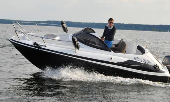 20' Motorboat Rental In Wilkasy