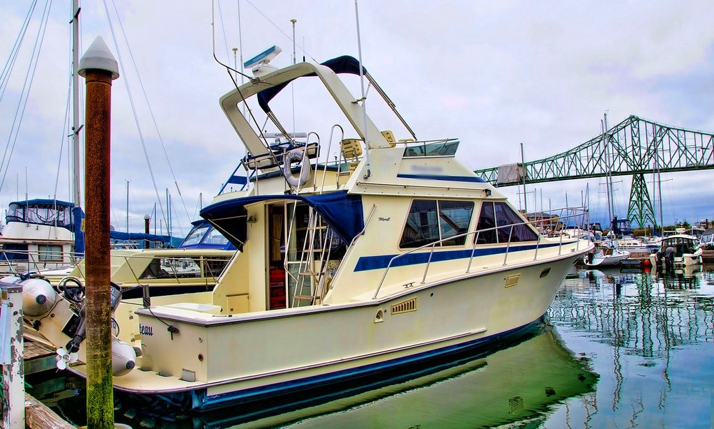 Fishing charter on 40ft sea hawk yacht in honolulu for Fishing supplies honolulu