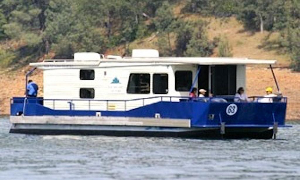 Summit houseboat shasta lake redding ca getmyboat for Shasta motors redding california