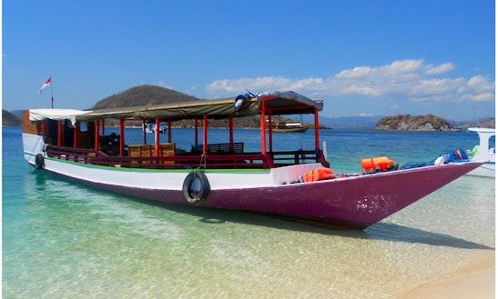 Cajoma Koe - Deck Boat Rental In Komodo