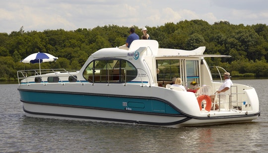 Experience A 7 Day Cruising Vacation Aboard 44' Motor Yacht In Buzet-sur-baïse