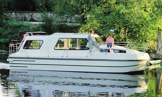 Inquire A 8 Person Riviera 920 Motor Yacht In Sablé-sur-sarthe, France