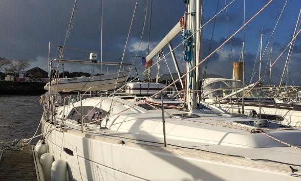 Oceanis 43 Cruising Monohull Rental & Trips in Larmor-Plage, France