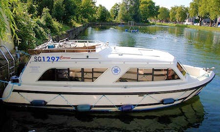 Rent 29' Cirrus Motor Yacht in Camargue, France