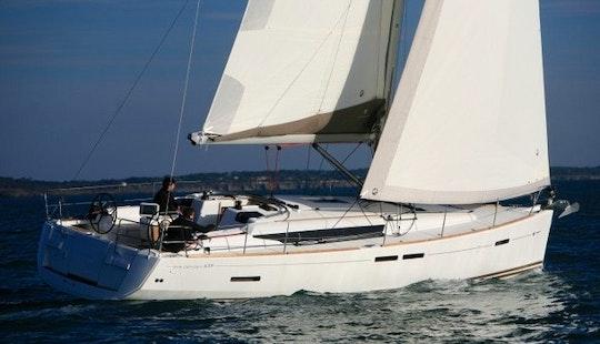 Charter 44' Jeanneau Sun Odyssey Cruising Monohull In Piombino, Toscana