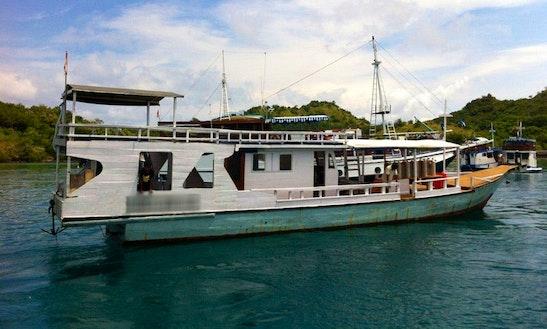 Gegen Putra Boat In Labuan Bajo