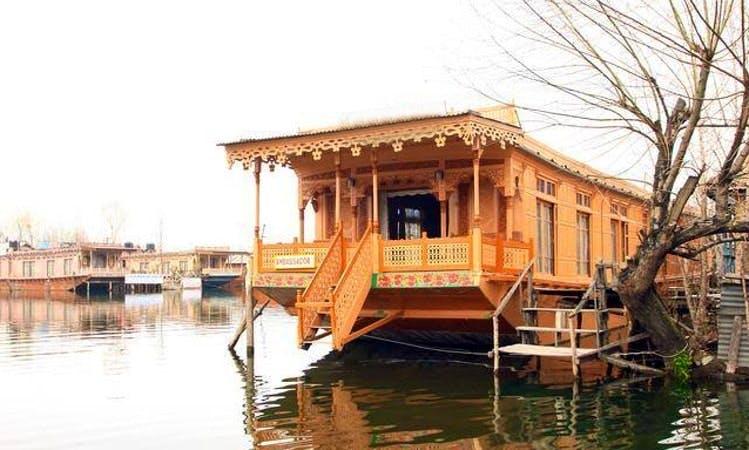 Tour Dal Lake, Srinagar on a Houseboat