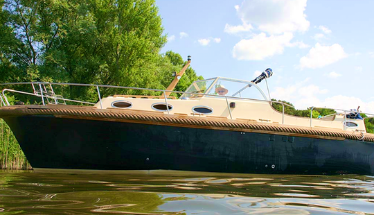 Charter 28 Motor Yacht In Brandenburg, Germany