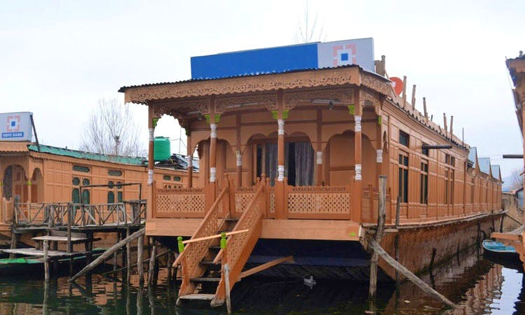 Cruise around Dal Lake, Srinagar on a Houseboat