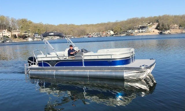 27' Lowe Tritoon Boat for Rent in Lake Ozark, Missouri