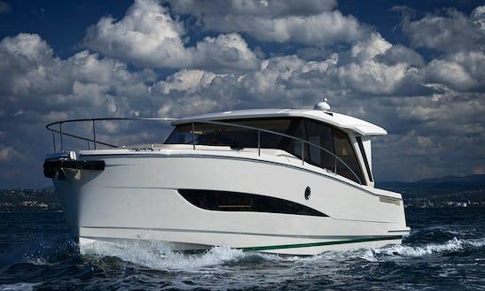 39' Greenline Hybrid Motor Yacht Rental In Setúbal, Portugal