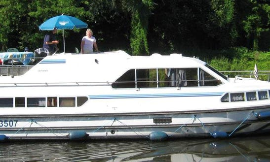 The Willow Tree Short Break Cruise Aboard The 39' Motor Yacht In Thames, Uk