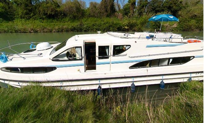 "Explore Thames, England on a 47ft ""Magnifique"" Canal Boat"