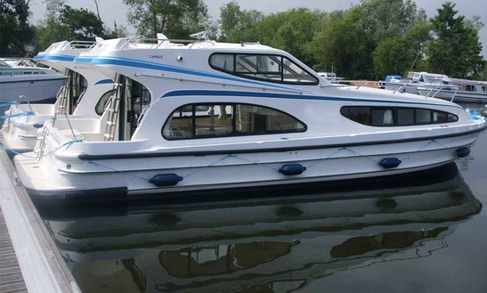 Exciting Sightseeing Cruise In Thames, England On This 39ft Caprice Boat