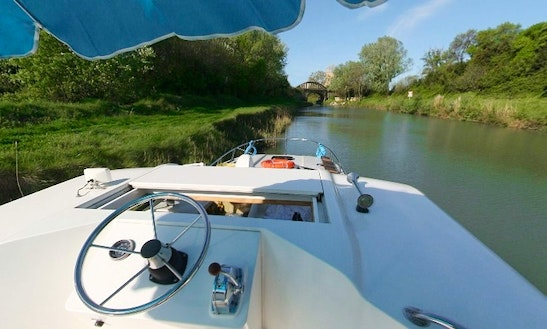 The Classic Midi Cruise Aboard A 39' Canal Boat For 6 Person