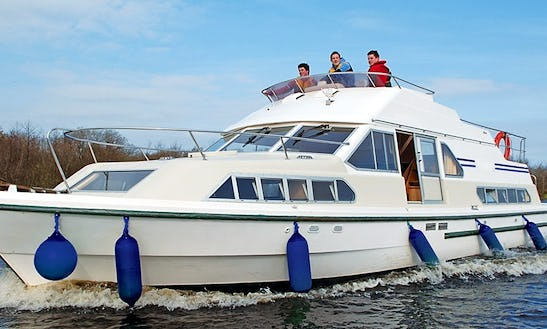 Reserve A 42' Canal Boat With 3 Cabin In Nivernais & Loire, France