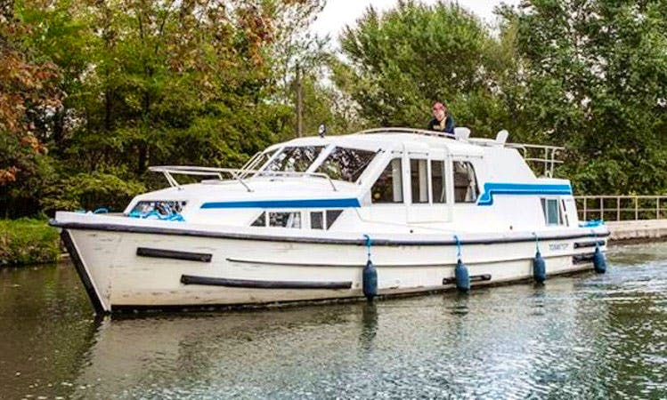 Luxury Cruise aboard a 4 Person Canal Boat from Châtillon-sur-Loire to Decize