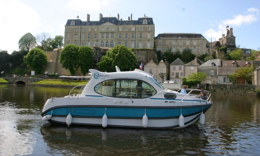 Canal Yacht to explore Anjou (2/4 persons)